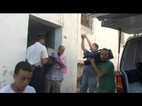 Salida del féretro de la mujer asesinada en Ceuta. Foto: EFE (Fotograma de video)