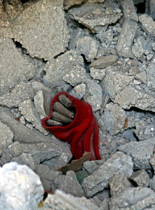 israel-frontera-de-gaza-la-mano-de-una-joiven-palestina-entre-los-escombros-de-su-casa-foto-efe-y-mohammed-saber.jpg
