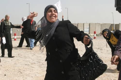 israel-mujer-palestina-lanza-piedras-contra-soldados-de-un-reten-en-cisjordania-foto-ap.jpg