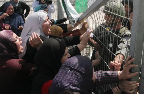 israel-mujeres-palestinas-insultan-a-los-soldados-israelies-en-un-control-foto-ap.jpg