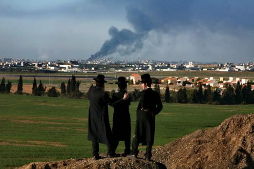 israel-tres-judios-observan-un-bombardeo-sobre-gaza.jpg