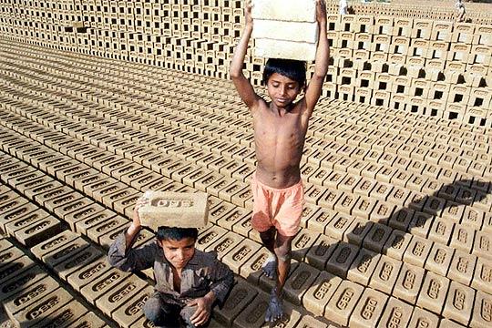 ninos-trabajando-en-fabrica-de-ladrillos-en-la-india.jpg