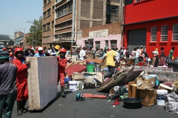 refugiado-inmigrantes-de-zimbawe-en-sudafrica-son-desalojados-en-johannesburgo-por-los-hormigas-rojas-foto-sarah-hijalmarson-de-msf.jpg