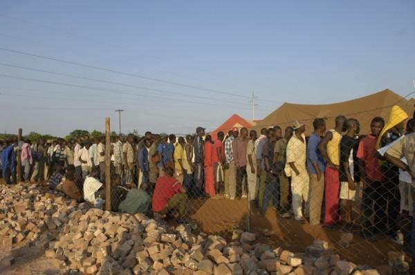 refugiados-hacen-cola-para-entrar-en-sudafrica-enero-2010-foto-daryl-evans-de-msf.jpg