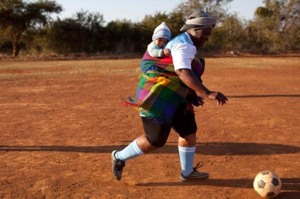 sudafrica-mujer-gogo-juega-al-futbol-foto-yasuyoshi-chiba.jpg