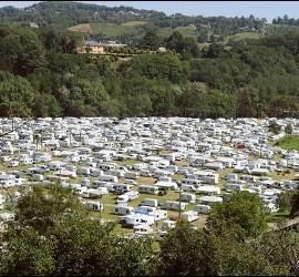 iglesia-y-gitanos-campamento-cerca-de-lourdes.jpg