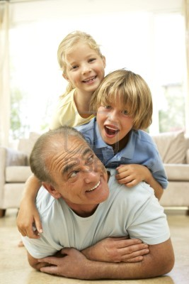 abuelo-roll-con-nietos-en-casa.jpg