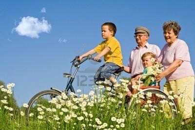 abuelos-aprendiendo-la-bici-con-los-abuelos-entre-margaritas-foto-nagy-bagoly-ilona-romania.jpg