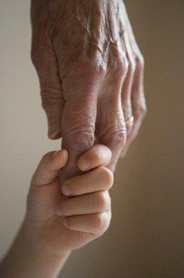 abuelos-manos-abuelo-y-nino.JPG