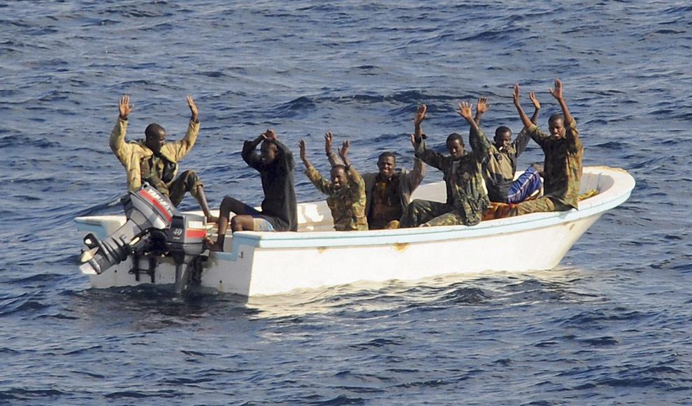 piratas-en-somalia-piratas-rindiendose.jpg