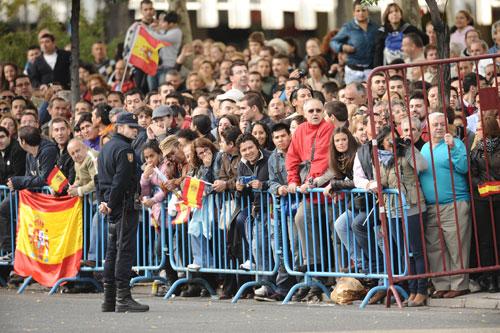 desfile-publico-asistiendo-al-desfile-foto-efe.jpg