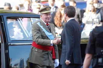 desfile-zapatero-saludando-a-juan-carlos-i-foto-cristobal-manuel-el-pais.jpg