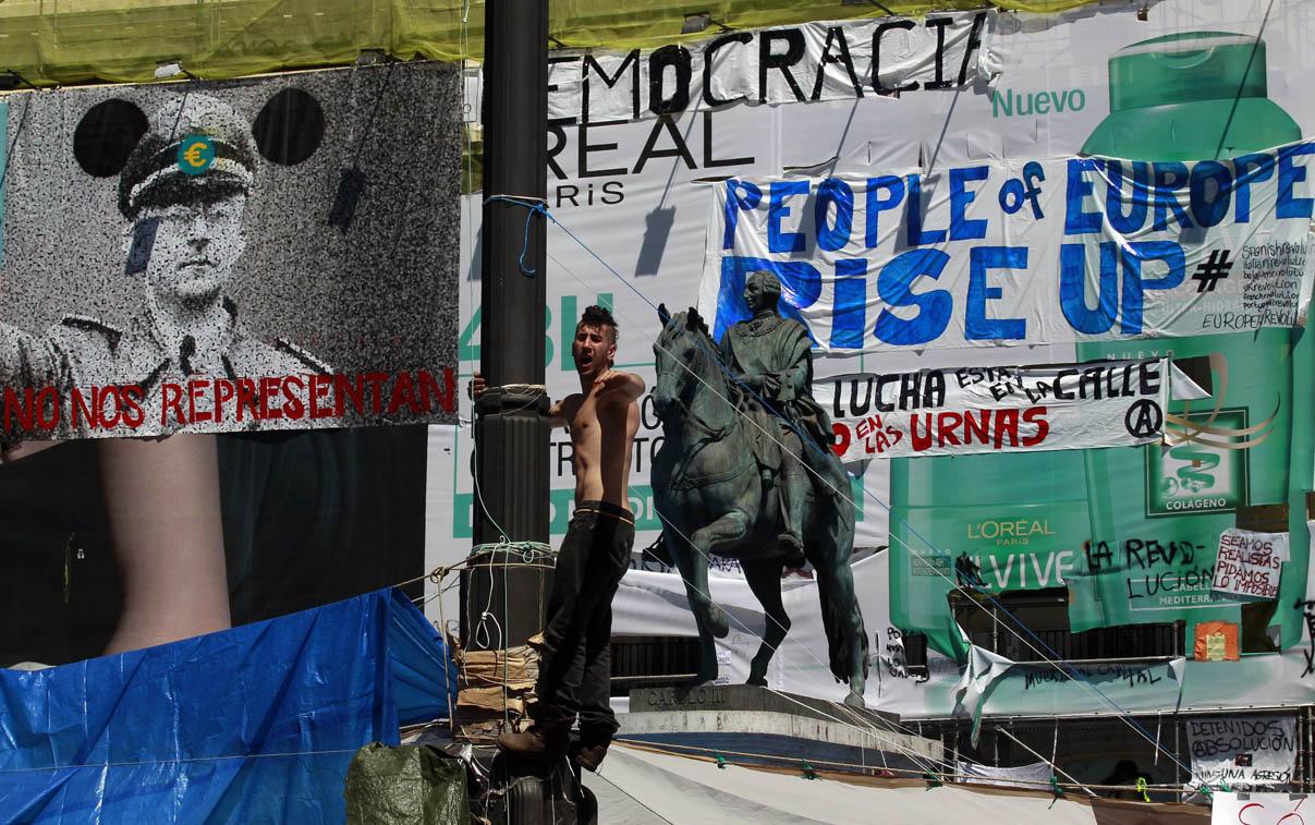 manifestaciones-15-m-pancartas-en-puerta-del-sol-foto-afp.jpg