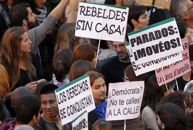 manifestaciones-15-m-pancartas-en-puerta-del-sol-foto-reuters.jpg