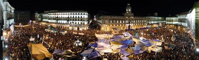 manifestaciones-15-m-puerta-del-sol-en-la-noche-foto-reuters.jpg