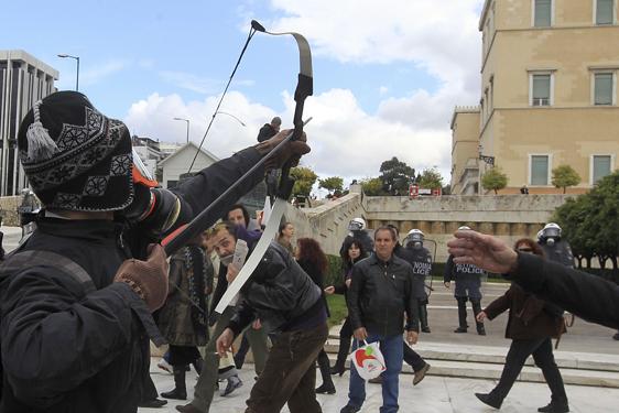 grecia-manifestaciones-23-f-luchando-con-arco-foto-de-lasoziedad.jpg