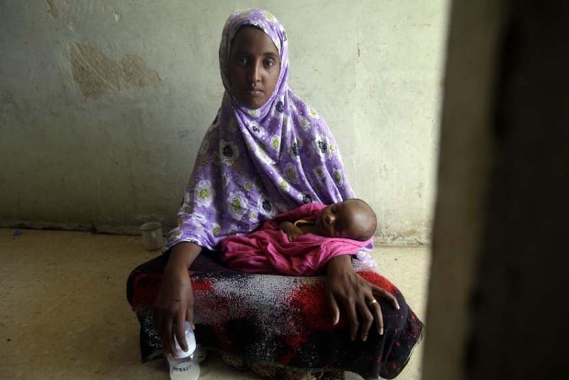 malta-refugiados-mujer-con-bebe-foto-olmo-calvo.jpg