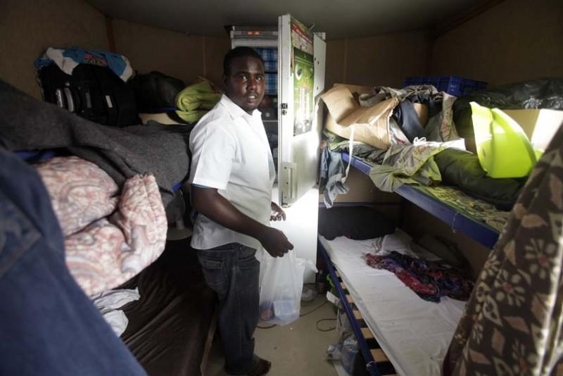 malta-refugiados-negros-cosas-hacinadas-foto-olmo-calvo.jpg