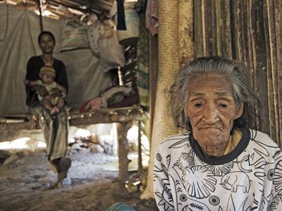 refugiados-ancianos-timor_este-tres-generaciones-foto-acnur-y-nng.jpg