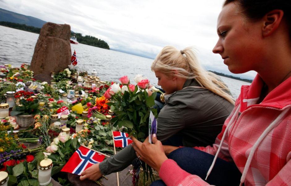 noruega-familiares-victimas-dejan-flores-en-la-isla-foto-reuters.jpg