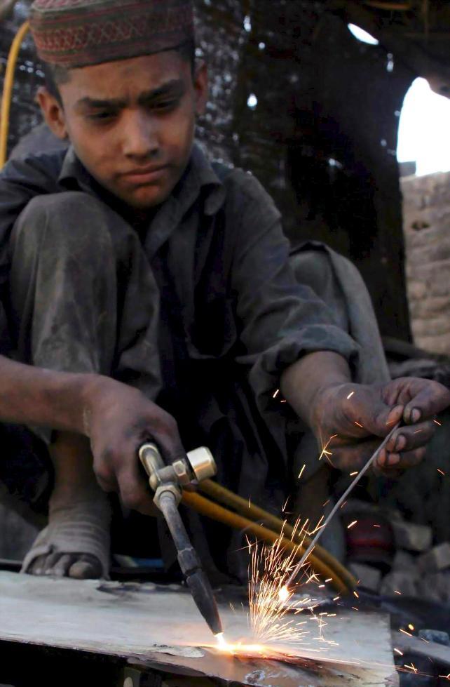 nino-trabajando-de-soldador-en-pais-arabe.jpg