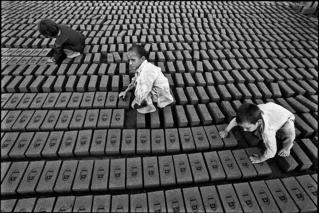 trabajo-infantil-3-hermanos-en-fabrica-de-ladrillos-en-karkla-peshawar-pakistan.jpg