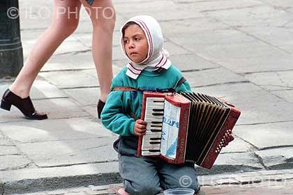 trabajo-infantil-nino-musico-pidiendo-limosna-en-varsovia-foto-ilo.jpg