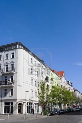 BERLIN - FACHADAS CON VENTANAS A RAS DE SUELO -ESTA VALE - - FOTO ARTONO9 - 11238643-casco-antiguo-de-berlin-alemania