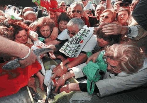 HAMBRE - ESPAÑA -  - peleando por un pez - en_Espa_a_hay_hambre