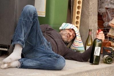 POBRE EN CUALQUIER CALLE - FOTO BIDOUZE STAFA©PHANE - 7713104-pobre-y-borracho-hombre-tendido-en-la-acera-con-botellas-de-vino-cerca-de-basura-puede