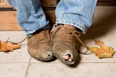 POBRE - ZAPATOS ROTOS - FOTO anyka - 3998340-desgastadas-y-maltratadas-zapatos-de-un-mendigo-en-las-calles